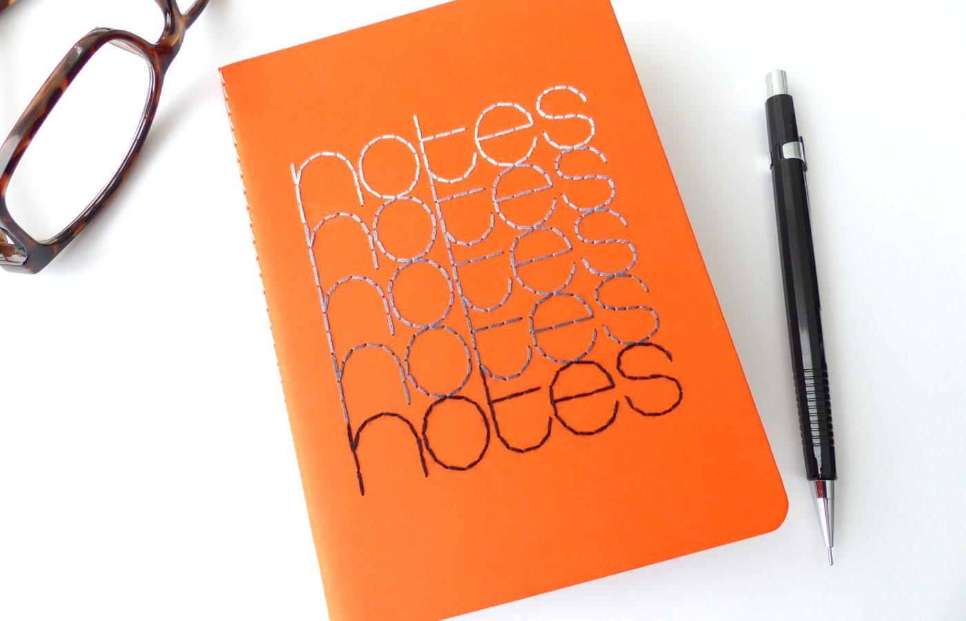 Les Fils Rouges papeterie carnet de notes orange typographie brodée gris et noir
