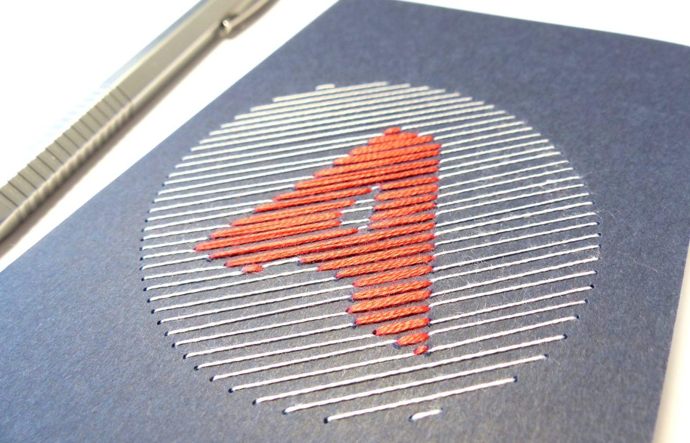 Les Fils Rouges papeterie carnet de notes bleu monogramme lettre A brodée rouge et blanc