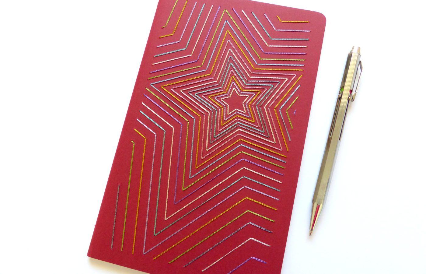 Les Fils Rouges papeterie carnet de notes rouge motif étoiles multicolores brillantes brodées